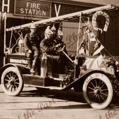 Early motor fire engine of Hindmarsh Fire Brigade, SA. (decorated) c1910s