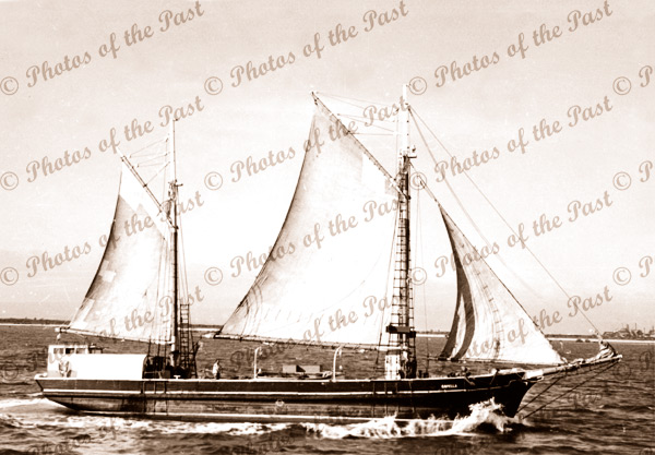 Ketch CAPELLA under sail, shipping