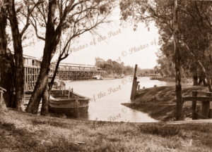 Echuca wharf, Vic. JL ROBERTS barge & PS WILLIAM R RANDELL, Victoria. 1940s. Padlle steamers. Riverboats